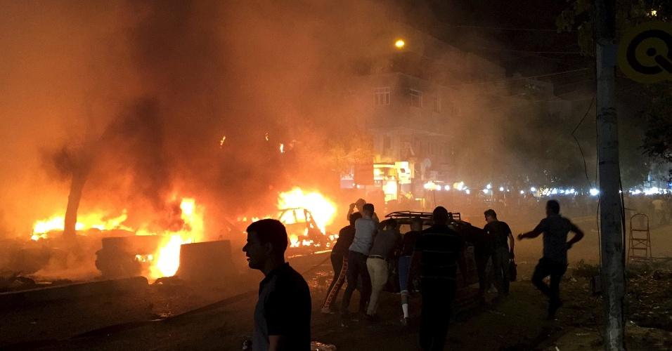 2.mai.2015 - Um atentado com um carro-bomba deixou ao menos 13 mortos e 39 feridos em Bagdá, no Iraque, na noite deste sábado (2). Segundo um coronel ouvido pela AFP, o veículo explodiu em frente a um restaurante no bairro de Karrada Dakhil, de predomínio xiita