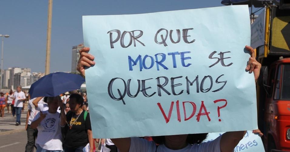 3.mai.2015 - Manifestantes fazem passeata, neste domingo (3), contra a descriminalização do aborto, no Rio de Janeiro. O protesto é realizado pelas ruas de Copbacana, na Zona Sul da capital fluminense