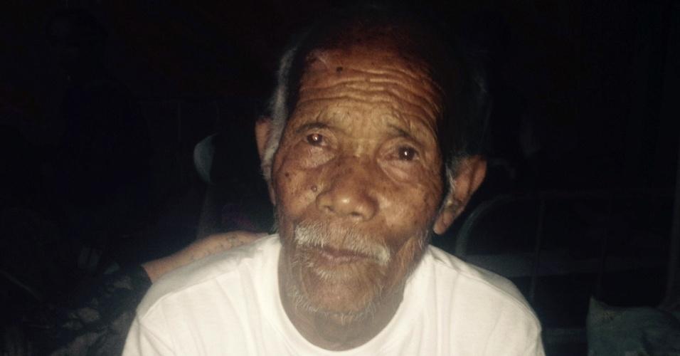 3.mai.2015  - No Nepal, equipes de salvamento conseguiram resgatar um idoso de 101 anos de idade dos escombros de sua casa destruída pelo terremoto que atingiu o país na última semana. As autoridades do país afirmam que o número de mortos chega a pelo menos sete mil
