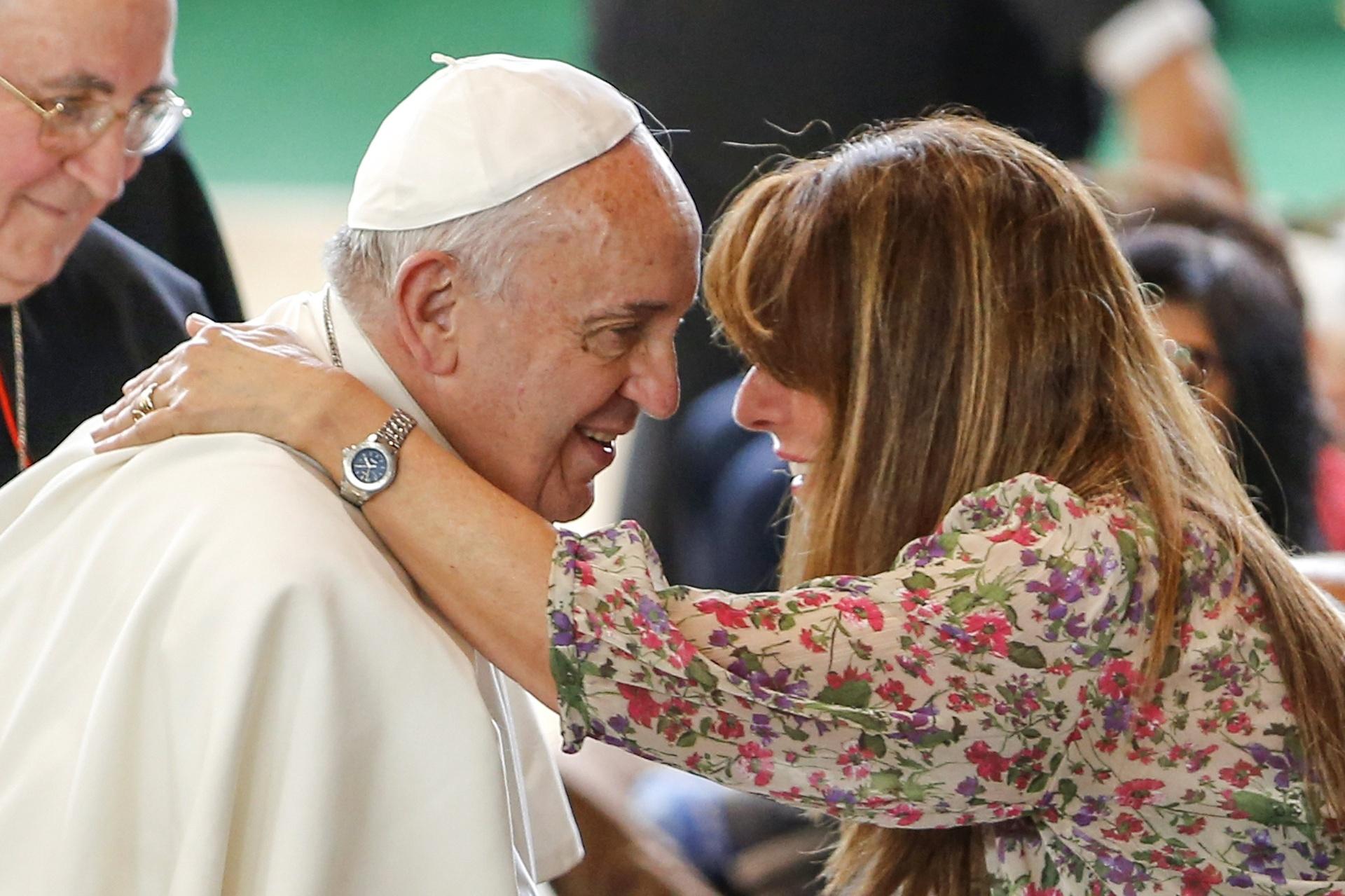 3.mai.2015 - Papa Francisco cumprimenta uma fiel durante sua visita a uma igreja nas proximidades de Roma neste domingo (3). Como de costume, a visita do papa foi marcada por um forte esquema de segurança e por uma pequena multidão à espera do sumo pontífice