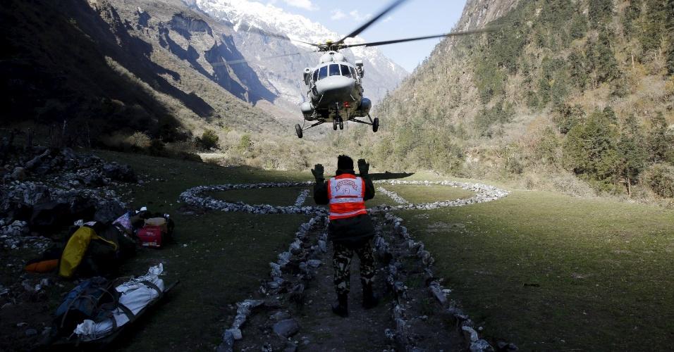 3.mai.2015 - Um helicóptero aterrisa, neste domingo (3), em um campo de pouso improvisado para retirar soldados israelenses de uma das áreas afetadas pelo terremoto que abalou o Nepal na semana passada e que já matou pelo menos sete mil pessoas. Israel foi um dos países que enviou militares para ajudar no resgate às vítimas do terremoto
