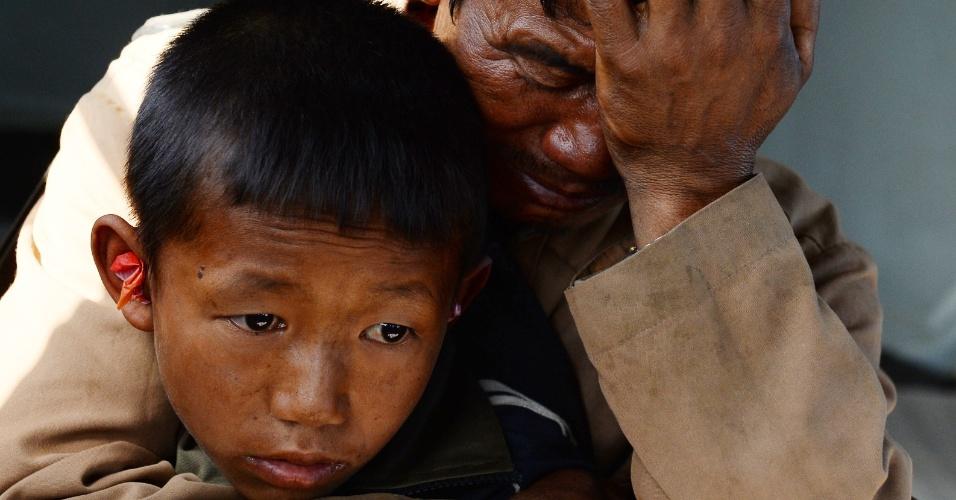 3.mai.2015 - Um pai nepalês chora ao segurar o filho ferido pelo terremoto que atingiu o país na semana passada e que, segundo as autoridades, matou pelo menos seis mil pessoas. Pai e filho foram resgatados por uma equipe de salvamento da Índia