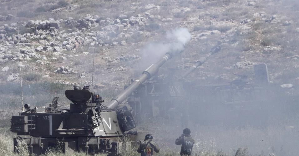 3.mai.2015 - Um tanque de guerra israelese dispara seu canhão durante um exercício militar neste domingo (3), realizado no vilarejo de Khirbit Altaweel, a leste da cidade de Nablus