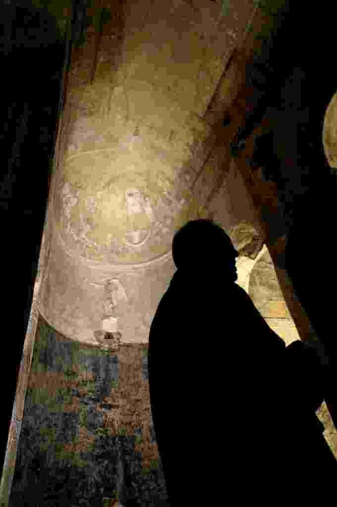 24.abr.2015 - Visitantes apreciam as colunas e gravações no teto da basílica subterrânea pagã de Porta Maggiore, na Itália. A basílica pitagoriana e neopitagoriana é adornada com cenas mitológicas e foi palco de práticas misteriosas, que datam do primeiro século. O local foi descoberto por acaso em 1915, durante a construção de uma linha de trem. A basílica, localizada a 9 metros de profundidade, originalmente se encontrava a 7 metros do nível do solo, e acaba de ser reaberta ao público após longo trabalho de estrutura, limpeza de fungos e restauração de murais - Filippo Monteforte/AFP