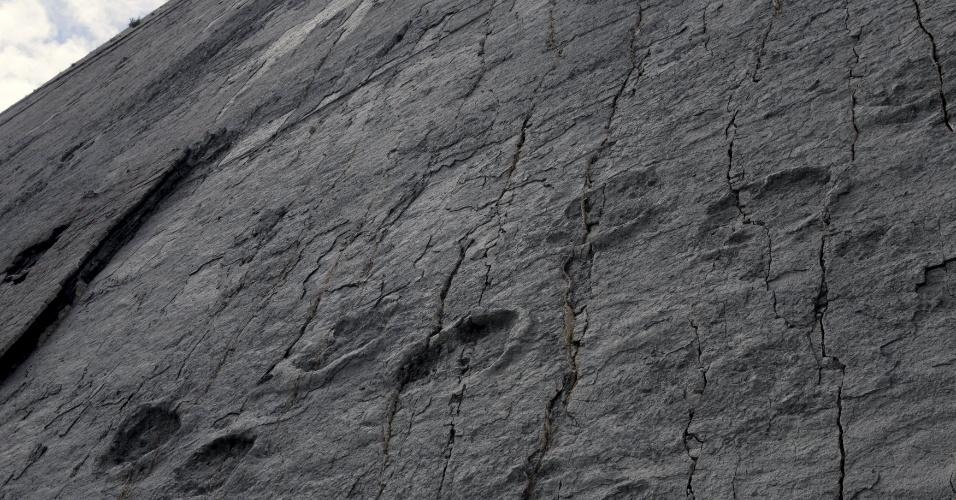 29.abr.2015 - Pegadas de dinossauro são vistas no sítio paleontológico de Cal Orcko em Sucre, na Bolívia. Frequentes deslizamentos de terra no sítio arqueológico têm revelado novas trilhas de dinossauros, com algumas pegadas pertencentes a novas espécies, de acordo com pesquisadores locais