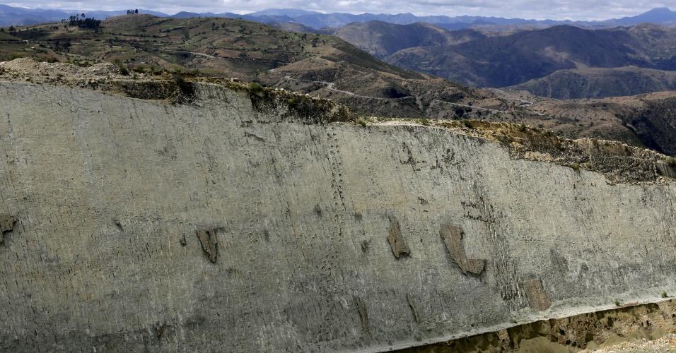 29.abr.2015 - Vista do rochedo de Cal Orcko, um sítio arqueológico onde milhares de pegadas de dinossauros foram descobertas em uma pedreira em Sucre, na Bolívia. Frequentes deslizamentos de terra no sítio arqueológico têm revelado novas trilhas de dinossauros, com algumas pegadas pertencentes a novas espécies, de acordo com pesquisadores locais