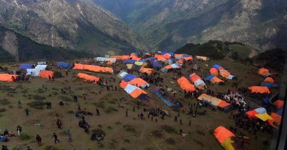 """4.mai.2015 - Aldeões nepaleses circulam próximo a suas tendas em vila no distrito de Gorkha Laprak, no Nepal. Aeronaves de transporte dos Estados Unidos comprometeram-se a fazer """"uma diferença imediata"""" para ajudar as pessoas prejudicadas pelo terremoto no país, transportando suprimentos e equipes de resgate para áreas remotas devastada por um terremoto que matou mais de 7.300 pessoas"""