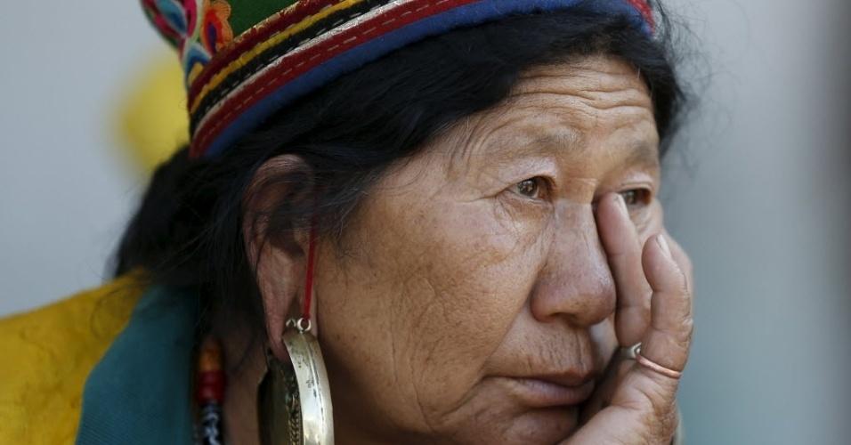 4.mai.2015 - Mulher espera pela distribuição da ajuda humanitária em Dhunche, no Nepal