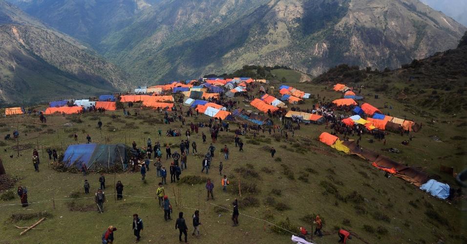 4.mai.2015 - Nepaleses em volta de tendas montadas em Gorkha. As autoridades do Nepal pediram que as equipes de salvamento retornem a seus países de origem e que permanecem no país apenas os grupos que estão ajudando com alimentos e medicamentos