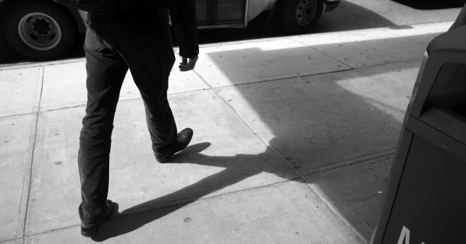 4.mai.2015 - O médico Cameron Hernandez, que integra a equipe móvel de cuidados médicos do Hospital Monte Sinai, deixa o hospital e procura por um táxi para realizar uma visita a uma de suas pacientes em Nova York, nos EUA. Com a pressão para reduzir custos de internação e, ao mesmo tempo, melhorar a qualidade do serviço, uma série de sistemas hospitalares decidiram adotar uma nova abordagem: oferecer tratamento com o mesmo nível de um hospital, mas em casa. A foto foi feita em 23 de abril de 2015
