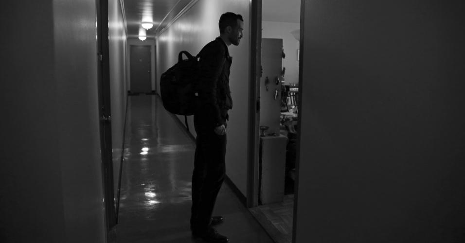 4.mai.2015 - O médico Cameron Hernandez, que integra a equipe móvel de cuidados médicos do Hospital Monte Sinai, realiza atendimento médico domiciliar à paciente Naomi Replansky em Nova York, nos EUA. Com a pressão para reduzir custos de internação e, ao mesmo tempo, melhorar a qualidade do serviço, uma série de sistemas hospitalares decidiram adotar uma nova abordagem: oferecer tratamento com o mesmo nível de um hospital, mas em casa. A foto foi feita em 23 de abril de 2015