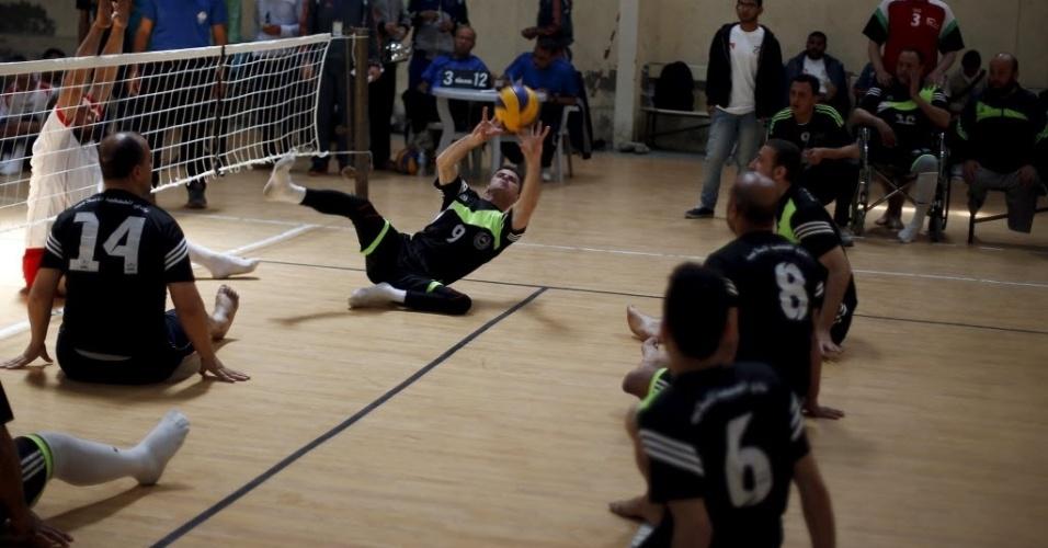 4.mai.2015 - Palestinos com mobilidade reduzida participam de campeonato de vôlei na cidade de Gaza. Alguns dos participantes perderam os membros durante conflitos entre palestinos e israelenses