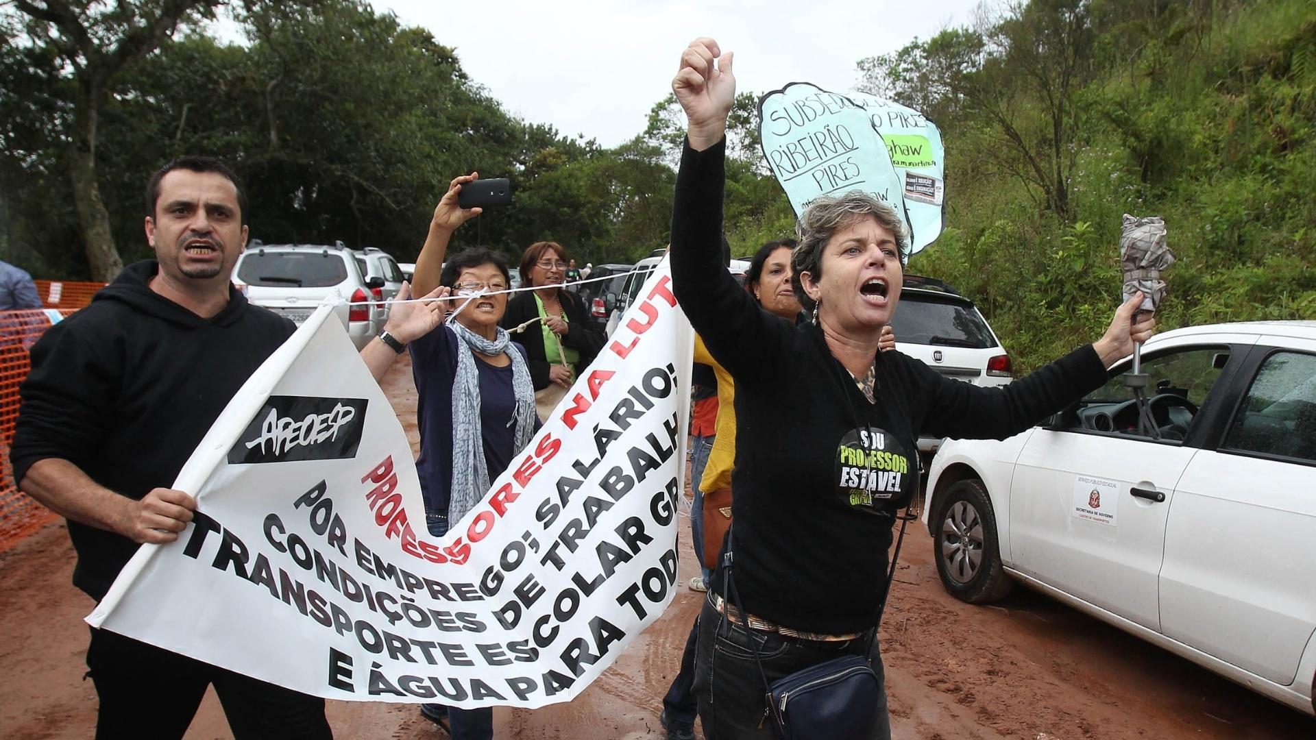 4.mai.2015 - Professores estaduais em greve protestam no local onde o governador de São Paulo, Geraldo Alckmin, dá início a interligação entre os sistemas de abastecimento Rio Grande e Alto Tietê, em Ribeirão Pires, para garantir a distribuição de água na Grande São Paulo