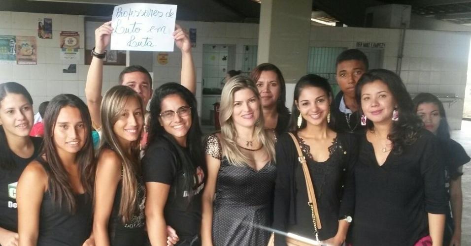 Professores e alunos da Escola Estadual Severino Félix de Brito, em Itapororoca (PB)