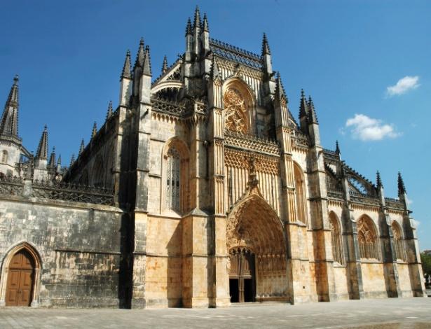 30.abr.2015 - O Monastério de Batalha, um convento dominicano e considerado uma joia da arquitetura gótica na Europa, foi construído em agradecimento à Virgem Maria pela vitória portuguesa sobre os espanhóis na batalha de Aljubarrota, em 1385. Levou mais de um século até que ficasse pronto, em torno de 1517. Em 1755, um terremoto que atingiu Lisboa causou pequenos danos à estrutura