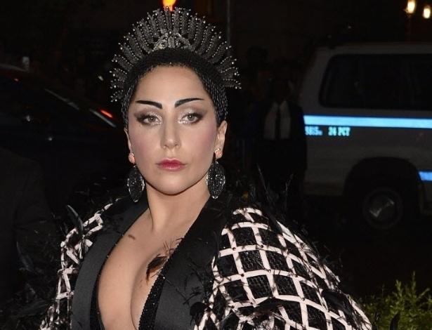 """10.mai.2015 - A pop star Lady Gaga declarou ser portadora de lúpus em 2010, quando os exames acusaram um """"fraco positivo"""". Um ano depois, o biógrafo da artista afirmou que Gaga usa perucas e maquiagem pesada para disfarçar um estágio avançado da doença. O lúpus é uma doença autoimune em que os anticorpos de defesa do organismo atacam as células do próprio corpo. Não existe explicação para a causa da doença, mas é possível controlá-la. O dia 10 de maio é marcado como o Dia de Combate ao Lúpus"""