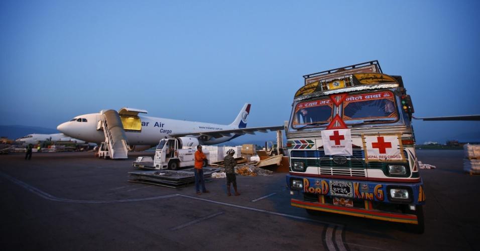 5.mai.2015 - 5.mai.2015 - Caminhão da Cruz Vermelha chega ao aeroporto de Katmandu, no Nepal, com ajuda humanitária para minimizar a tragédia no país após terremoto que matou mais de 7.500 pessoas