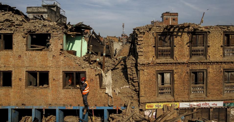 5.mai.2015 - 5.mai.2015 - Militar sobe em casa destruída em Sankhu, no Nepal, após terremoto no país que matou mais de 7.500 pessoas, segundo os cálculos mais recentes