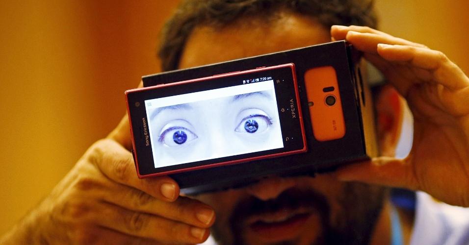 """5.mai.2015 - Estudantes da Universidade de Keio, no Japão, criam óculos que promete projetar as """"verdadeiras emoções"""" de seus usuários. A tecnologia monitora os padrões de batimento cardíaco"""