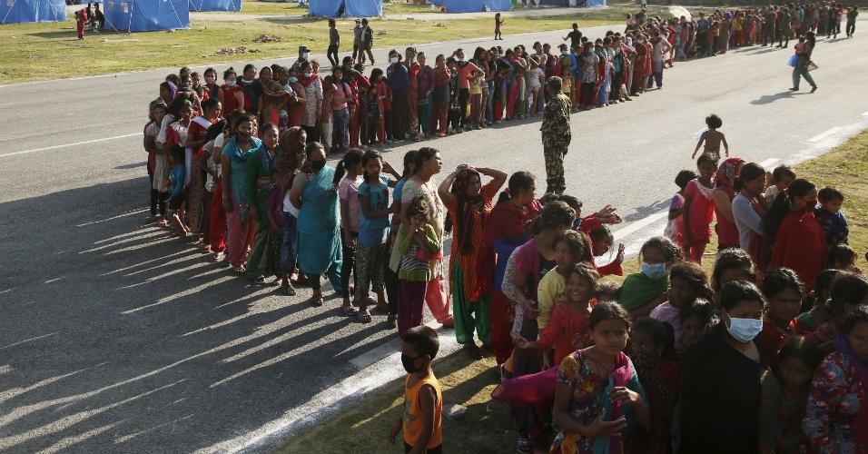 5.mai.2015 - Mulheres fazem fila para pegar comida em acampamento para sem-teto em Katmandu, no Nepal. Mais de 7.500 pessoas morreram no terremoto do dia 25 de abril