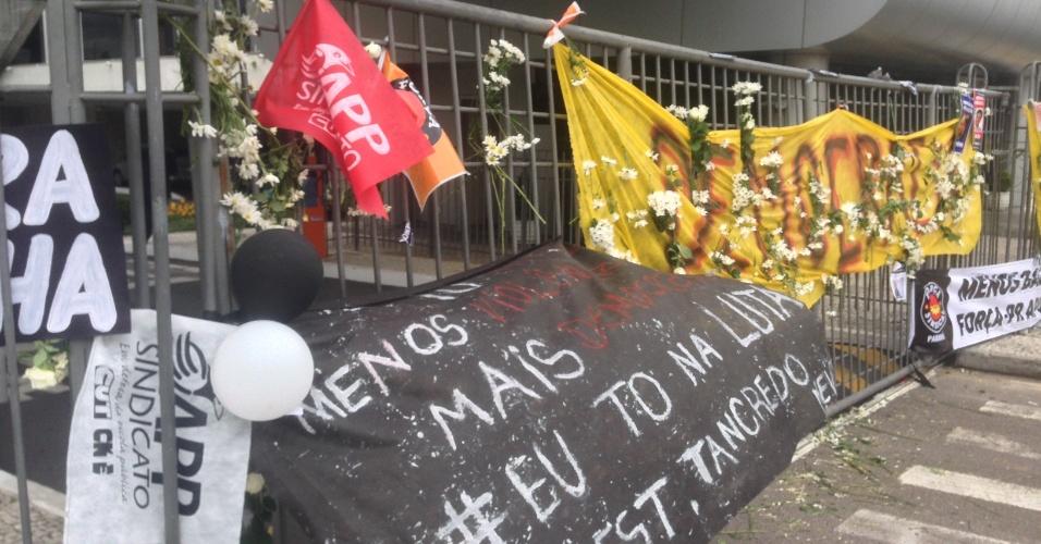 5.mai.2015 - Professores colocam flores nas grades da Assembleia Legislativa do Paraná, local onde foi o confronto entre professores e a PM na semana passada