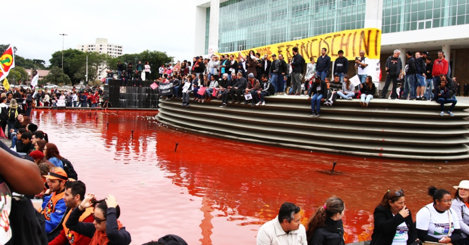 5.mai.2015 - Professores em greve protestam no centro cívico de Curitiba. Espelho d'água do Palácio do Iguaçu está pintado de vermelho desde o último ato, realizado no dia 30. O grupo ainda colocou flores nas grades da Assembleia. Na semana passada, mais de 200 pessoas ficaram feridas em confronto entre PMs e professores no local