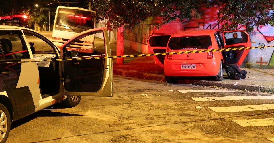 5.mai.2015 - Um homem morreu e dois foram presos na madrugada desta terça-feira na Vila Sônia, zona oeste de São Paulo, após baterem o carro enquanto eram perseguidos pela Polícia Militar. Os três são suspeitos de um sequestro-relâmpago que teve como vítima uma moradora do Morumbi, também na zona oeste. Ela foi abordada na noite de segunda-feira, quando chegava em casa