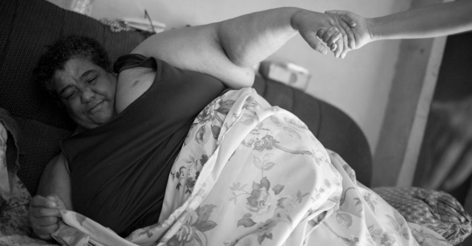 Andrea Guimarães, 45, tem obesidade mórbida e não sai de casa há dois meses. Ela conta com a ajuda dos filhos para fazer as tarefas básicas como tomar banho e ir até o banheiro