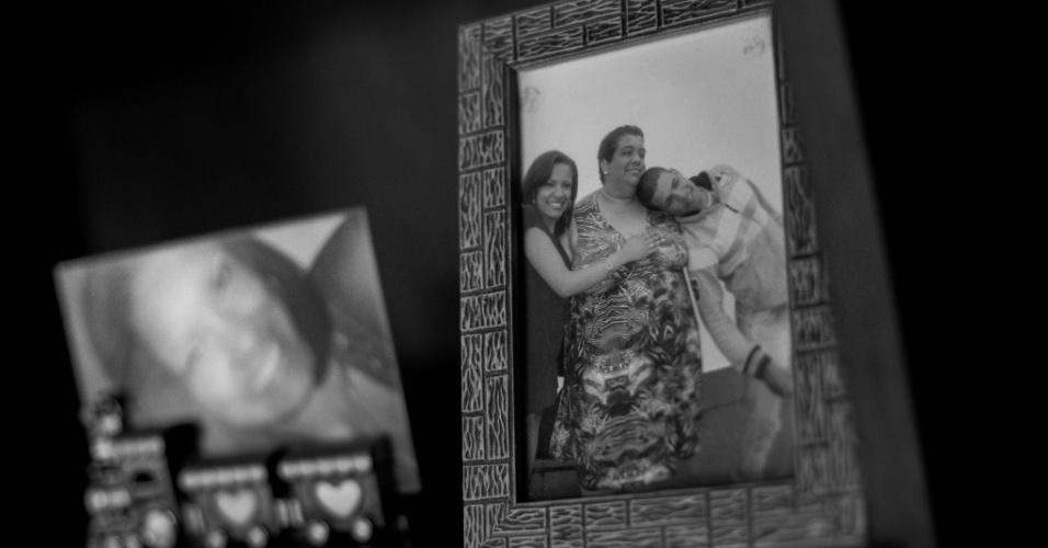 Na foto, Andrea Guimarães, 45, e a família, quando ela ainda tinha condições de caminhar