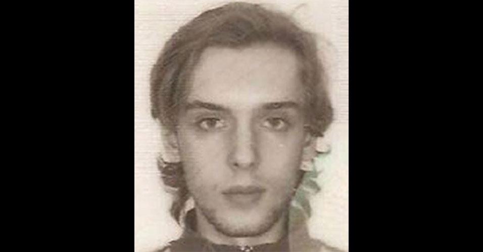 O hacker letão Petersis Sahurovs, 25, é procurado por um esquema internacional de cibercrime. O FBI o acusa de ter roubado mais de US$ 2 milhões ao enganar usuários com propagandas fraudulentas. A polícia norte-americana oferece recompensa de US$ 50 mil para quem tiver informações sobre Sahurovs