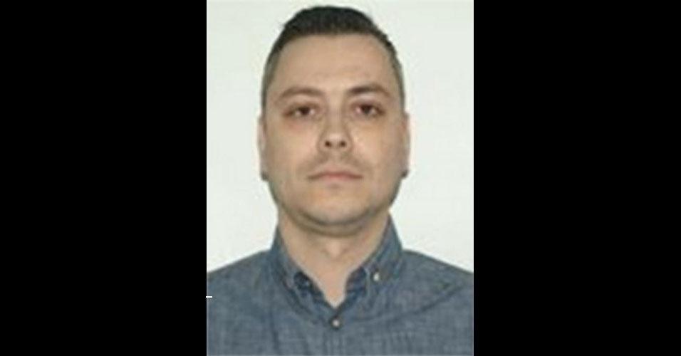 O hacker romeno Nicolae Popescu, 35, é acusado de participar de um esquema de fraude em sites de leilão. De acordo com o FBI, ele encabeçava uma quadrilha que colocava itens (inclusive carros) que não existiam à venda em sites de comércio eletrônico. Ele chegava a enviar uma nota fiscal aos compradores. No entanto, o documento era falso e a conta indicada para depósito pertencia a um cidadão norte-americano fantasma. A polícia norte-americana oferece US$ 1 milhão de recompensa para quem achá-lo