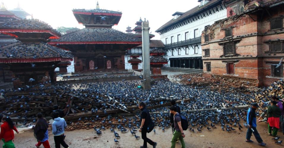 6.mai.2015 - Centenas de pombos se aglomeram entre destroços na praça Durbar, considerado patrimônio mundial pela Unesco, em Katmandu, no Nepal, nesta quarta-feira