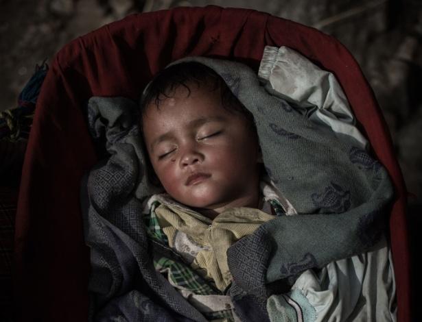 6.mai.2015 - Criança nepalesa dorme em seu berço na remota vila de Kerauja, no distrito de Gorkha, no Nepal. Em 25 de abril, o país foi atingido por um terremoto de 7,8 de magnitude, que destruiu várias construções e deixou mais de 7.500 mortos e quase 16,4 mil feridos pelo país, de acordo com o Centro de Operações de Emergência do Nepal