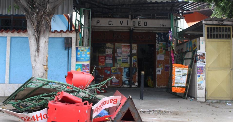 6.mai.2015 - Criminosos armados com fuzis arrombaram, com uma retroescavadeira, a fachada de uma videolocadora e levaram um caixa eletrônico que estava instalado dentro da loja na Pavuna, no subúrbio do Rio de Janeiro, na madrugada desta quarta-feira (6)