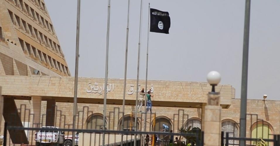 6.mai.2015 - Fotos divulgadas em contas de mídia social por seguidores do Estado Islâmico mostram os membros cuidando de um jardim, polindo pisos e limpando janelas, piscinas e duas bandeiras do grupo em frente do prédio
