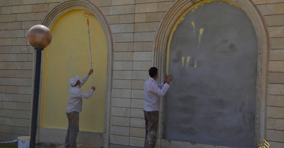 6.mai.2015 - Funcionários pintam paredes do hotel para a reinauguração