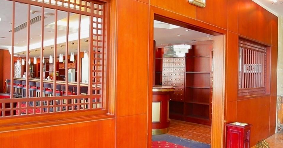 6.mai.2015 - O bar e salão de festas do hotel bastante modificados. O refrigerante substituiu champanhe, já que o álcool é estritamente proibido