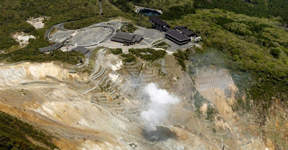 6.mai.2015 - O monte Hakone, a 80 km de Tóquio, no Japão, começou a apresentar uma pequena erupção que pode afetar o vale de Owakudani, uma conhecida região de balneários da cidade de Hakone. Com isso, a Agência Meteorológica do Japão elevou o alerta para a atividade vulcânica do local. O alerta, que possui cinco níveis, subiu do 1, que denota falta de atividade, ao 2, que aconselha não se aproximar da cratera nem das áreas anexas consideradas de risco, informou o órgão