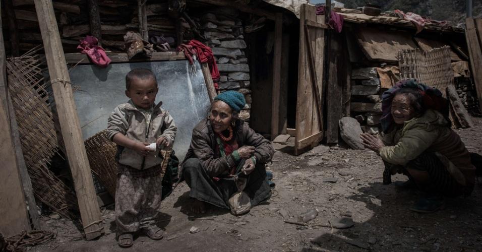 6.mai.2015 - Sobreviventes nepaleses cuidam de uma criança na remota vila de Kerauja, no distrito de Gorkha, no Nepal. Em 25 de abril, o país foi atingido por um terremoto de 7,8 de magnitude, que destruiu várias construções e deixou mais de 7.500 mortos e quase 16,4 mil feridos pelo país, de acordo com o Centro de Operações de Emergência do Nepal