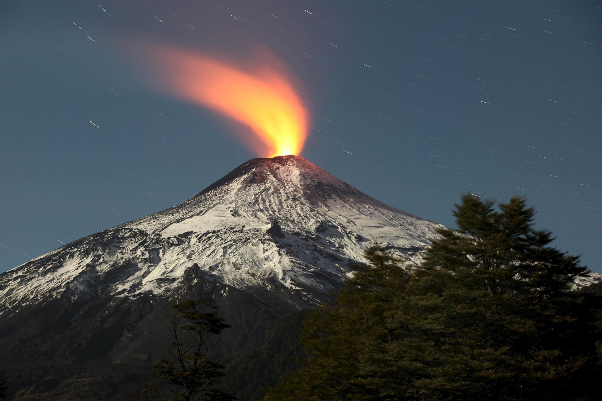 6.mai.2015 - Vulcão Villarrica, na cidade de Pucón, localizada na região dos lagos, no Chile, apresenta pequena erupção durante a madrugada desta quarta-feira (6)
