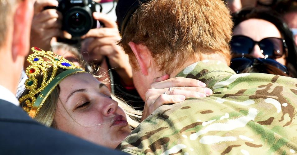 7.mai.2015 - Durante evento no Opera House, em Sydney, o príncipe Harry ganhou um beijo de uma fã australiana. Victoria Mcrae foi