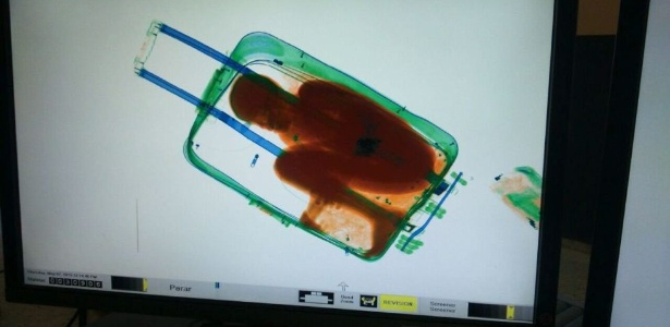 7.mai.2015 - Imagem do scanner no controle de fronteira de Tarajal, em Ceuta, revelou um menino dentro da mala de uma mulher. Abou, 8, viajava ilegalmente dentro da mala para encontrar seu pai na Espanha, que havia pago para que ele entrasse no país