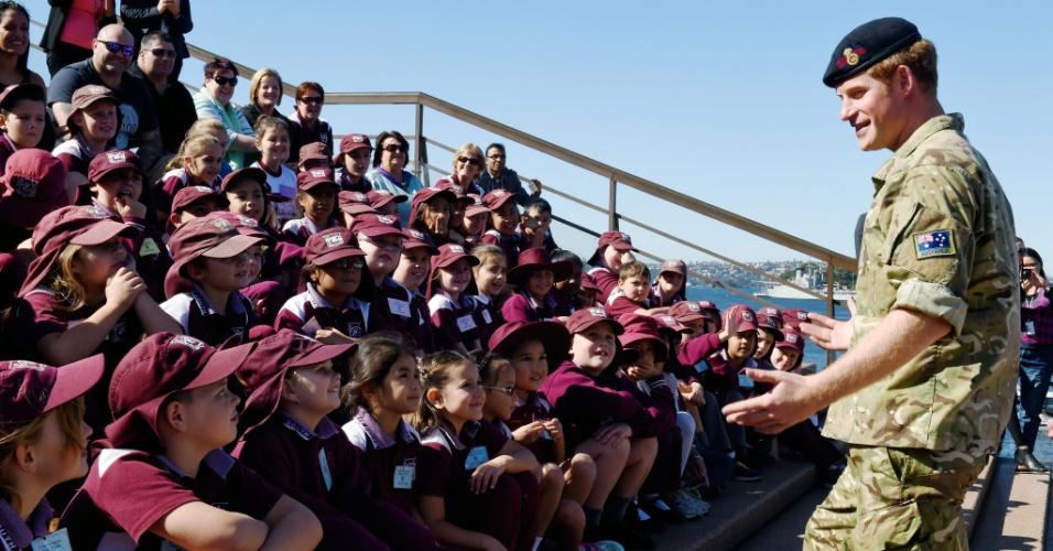 7.mai.2015 - O príncipe Harry cumprimenta crianças de escola durante visita ao Opera House, em Sydney (Austrália). Harry, também chamado de capitão de Gales, vai passar por um período de um mês no Exército australiano antes de oficialmente deixar as Forças Armadas britânicas