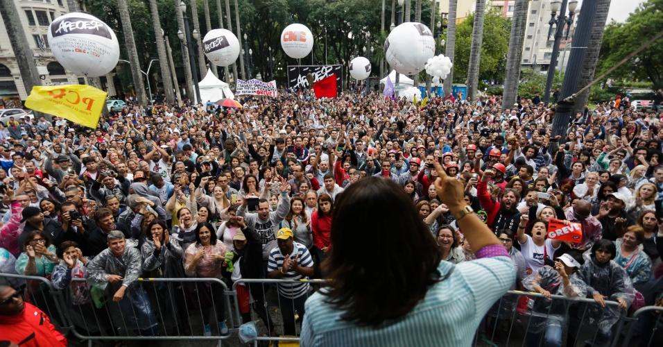 7.mai.2015 - Professores em greve da rede estadual de ensino de São Paulo realizam manifestação na Praça da Sé, na região central da capital, na tarde desta quinta-feira (7). A categoria está em greve desde o dia 13 de março