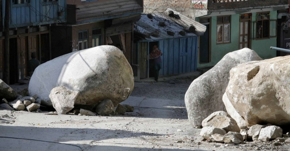 7.mai.2015 - Rochas ficam dentro de lojas e no meio de ruas em Kodari, no Nepal, após o terremoto que atingiu o país no dia 25 de abril. Um terremoto de 7,8 de magnitude atingiu país e devastou vários distritos