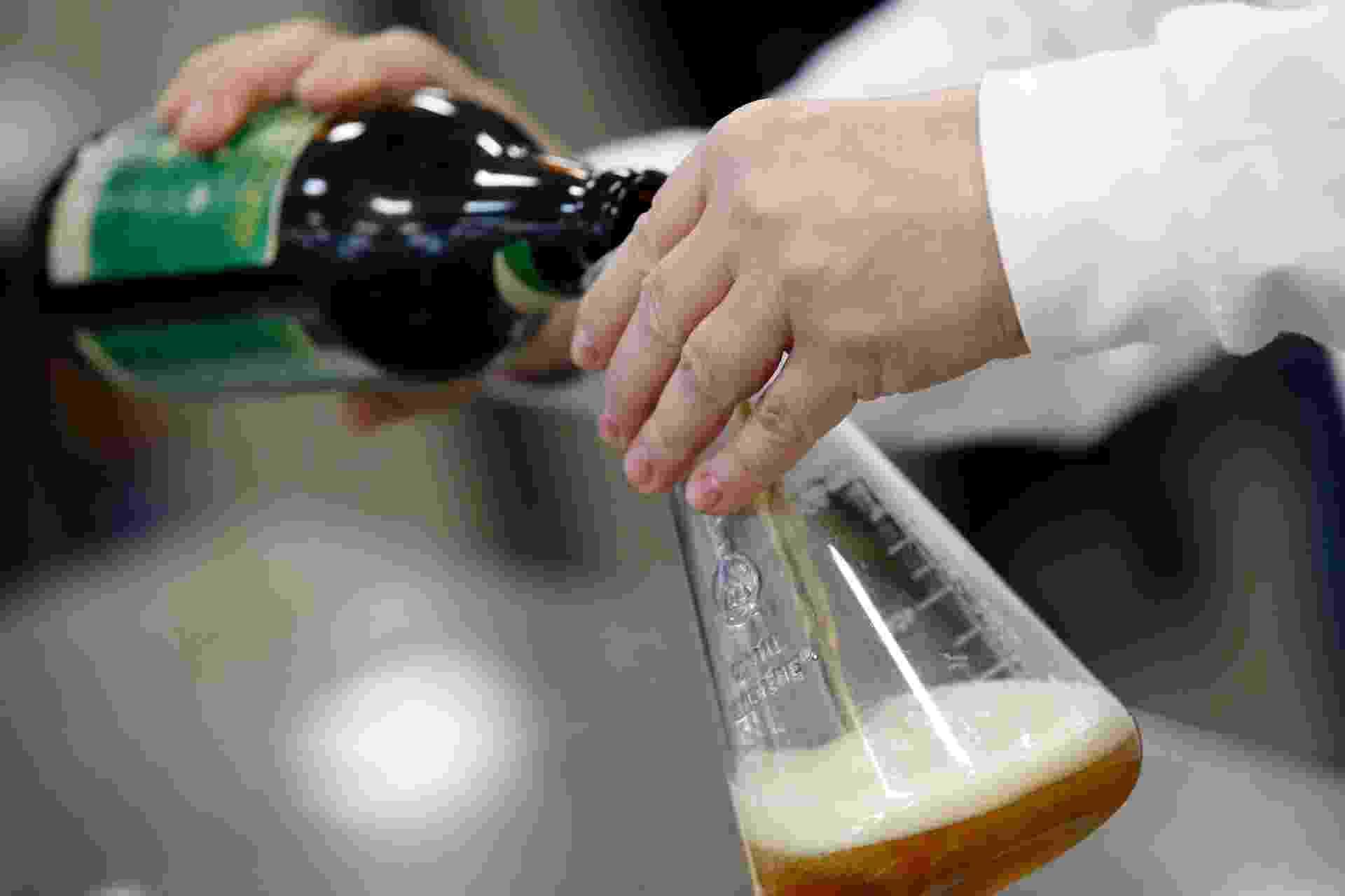 8.abr.2015 - Funcionária da Ambev testa amostra de cerveja - Júnior Lago/UOL