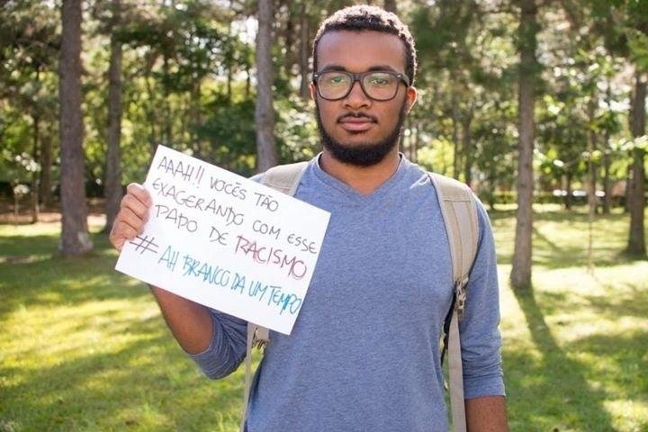 """Depois dos alunos da UnB (Universidade de Brasília), os estudantes da UFJF (Universidade Federal de Juiz de Fora) decidiram montar uma página com as frases racistas que já ouviram para tentar combater a discriminação racial no ambiente universitário. As páginas foram inspiradas no projeto """"I, Too, Am Harvard"""" (""""Eu também sou Harvard""""), desenvolvido por alunos neros da Universidade de Harvard, nos Estados Unidos"""