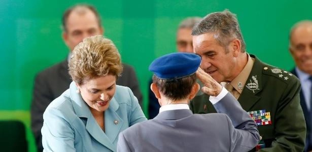 8.mai.2015 - A presidente afastada Dilma Rousseff participa de ato com militares
