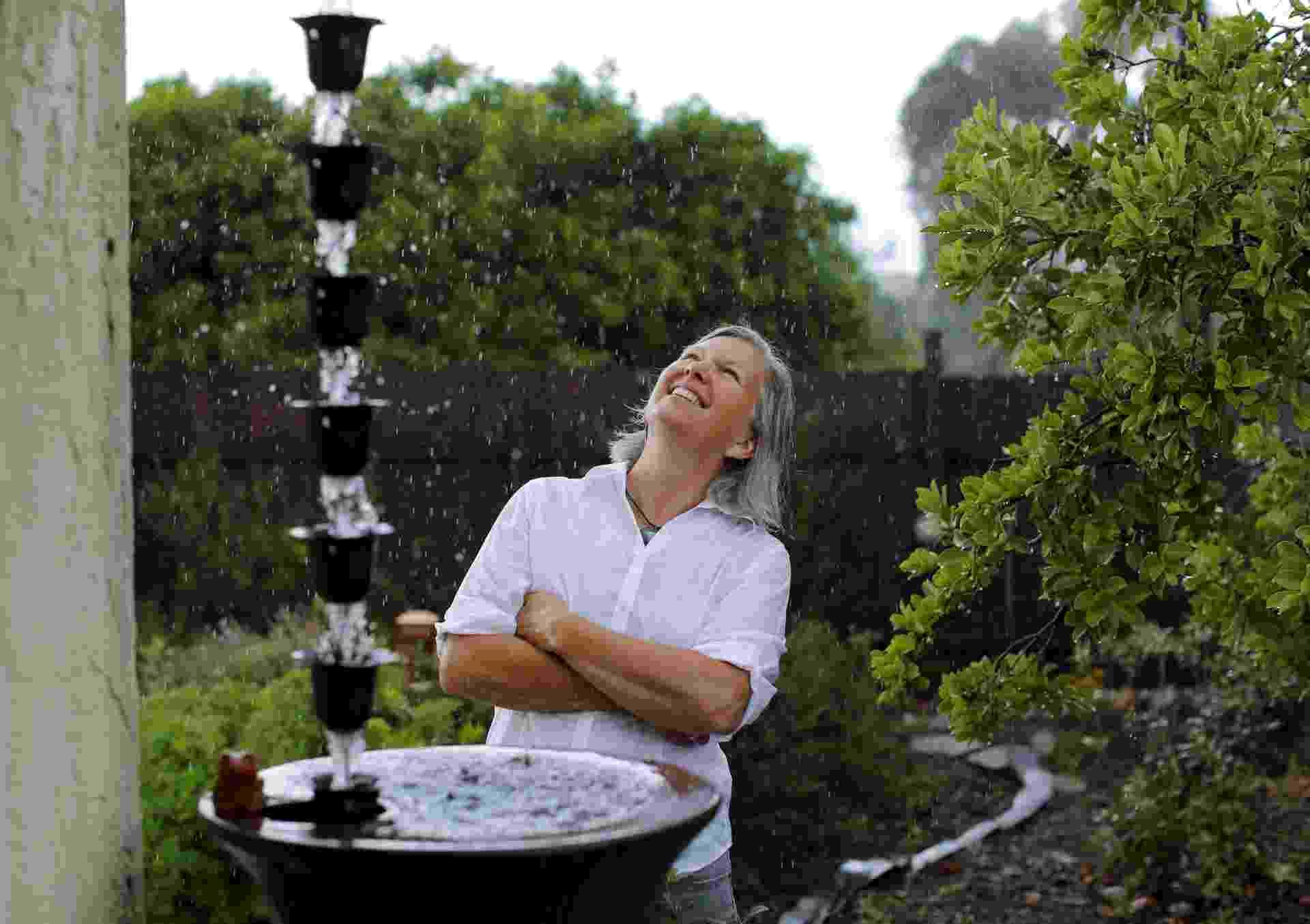 8.mai.2015 - Candace Vanderhoff observa o sistema artesanal de coleta de água de chuva criado por ela em sua casa em San Diego, na Califórnia (EUA). Candece criou a RainThanks, uma empresa que ajuda os californianos a lidarem com a pior seca da história do Estado norte-americano - Mike Blake/Reuters
