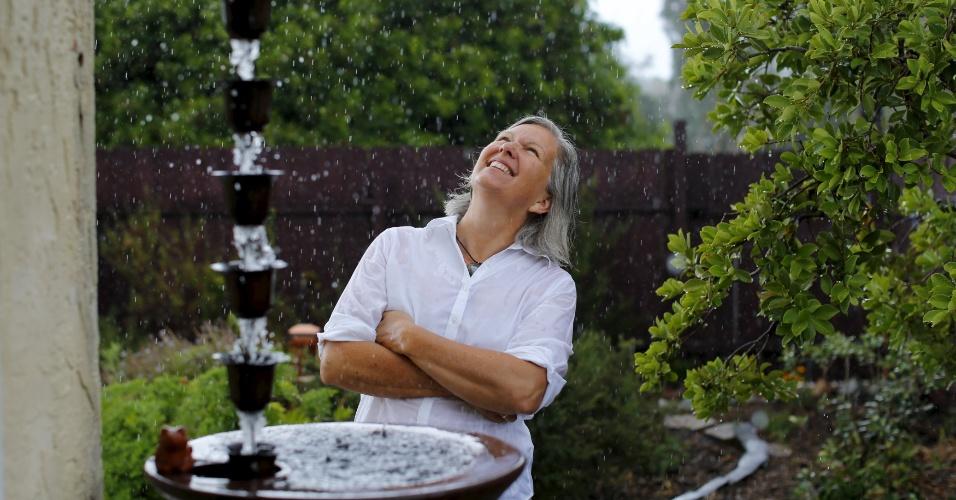 8.mai.2015 - Candace Vanderhoff observa o sistema artesanal de coleta de água de chuva criado por ela em sua casa em San Diego, na Califórnia (EUA). Candece criou a RainThanks, uma empresa que ajuda os californianos a lidarem com a pior seca da história do Estado norte-americano